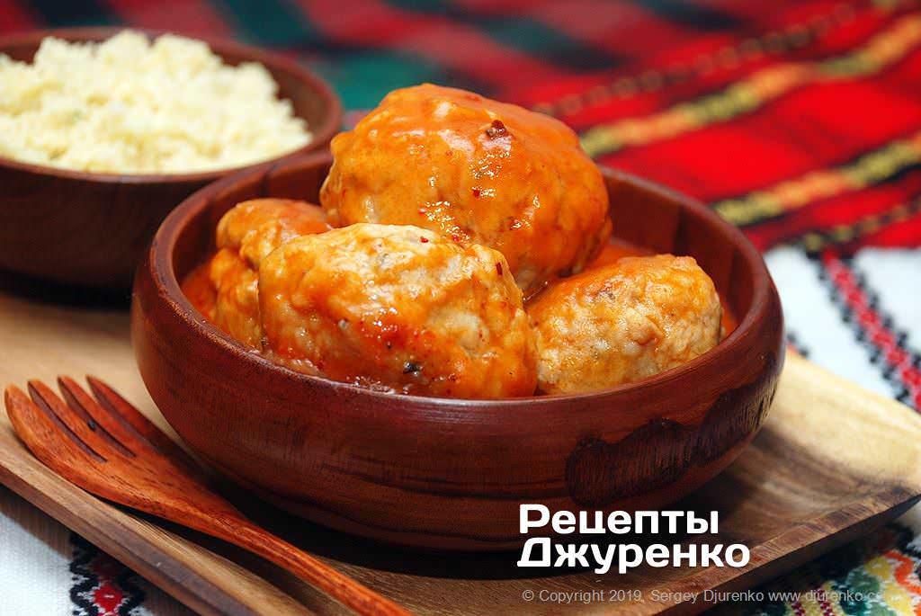 Куриные тефтели с подливкой из легкого томатного соуса со специями.