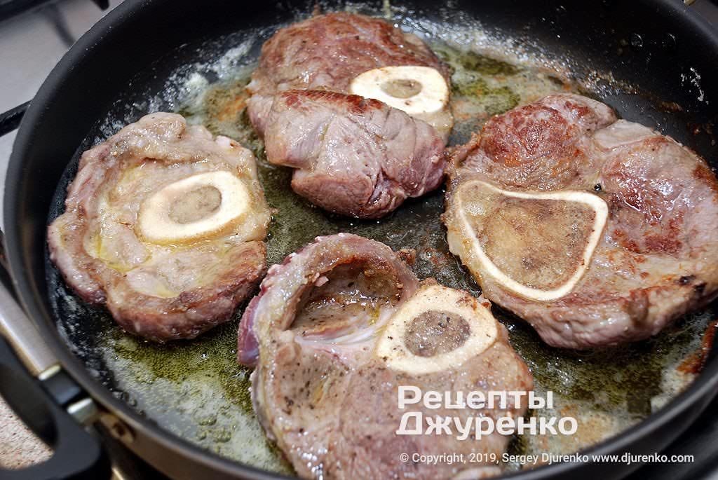 Обжарить куски мяса.