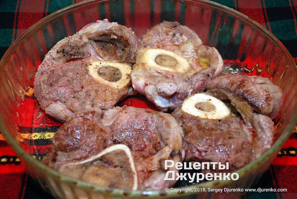 Сложить обжаренное мясо в форму для запекания.