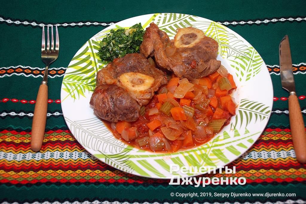 Готова страва Оссобуко - тушкована з овочами теляча гомілка з мозковою кісточкою.