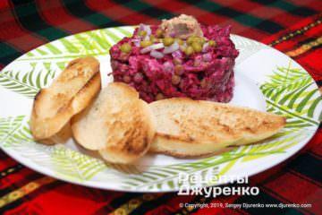Готовое блюдо салат с рыбными консервами