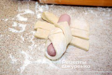 Шаг 6: заворачивание сосиски в тесто