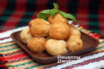 Фото рецепта жареные сырные шарики во фритюре