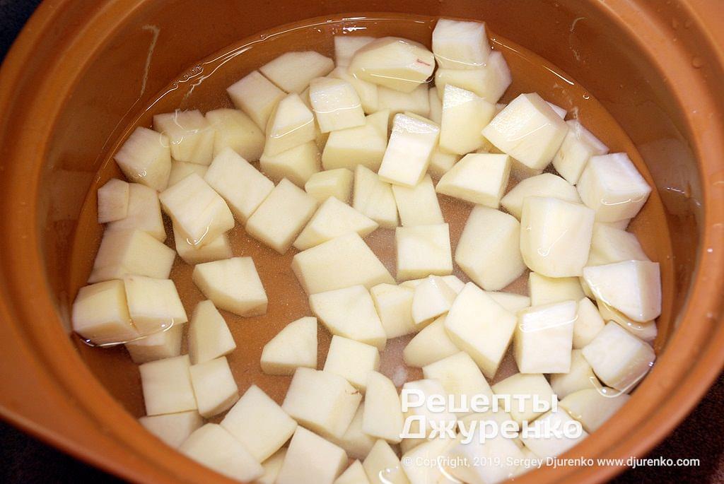 Кубики картоплі.