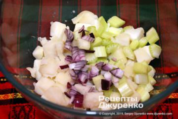 Шаг 4: лук и сельдерей