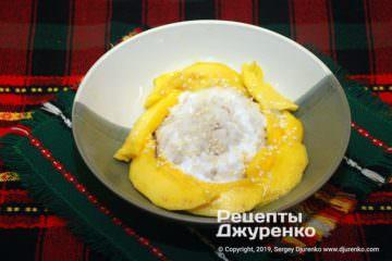 Фото к рецепту: липкий рис по-тайски с манго