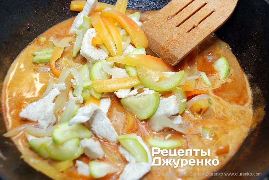 Соус с курицей и овощами.