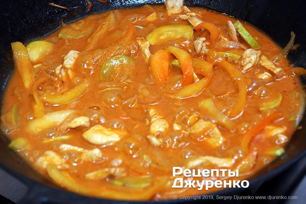 Тушеная курица с овощами в соусе.