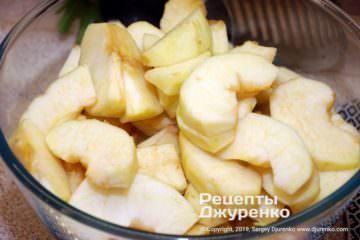 Шаг 2: кусочки яблок для начинки