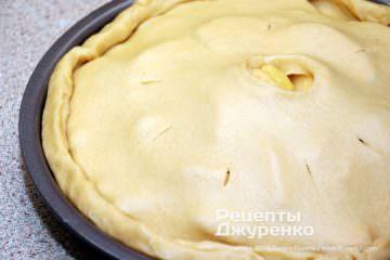 Шаг 5: смазать пирог яйцом