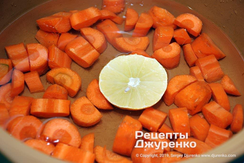 Очищенная морковка.