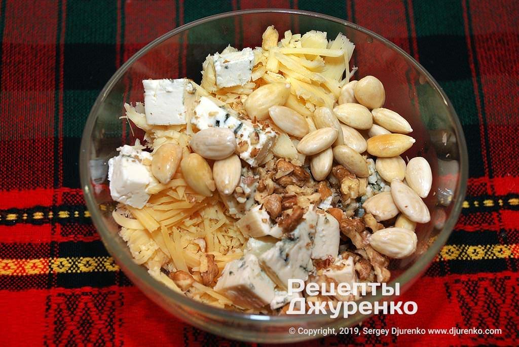Орехи и миндаль в салате.