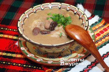 Готова страва суп з бобів