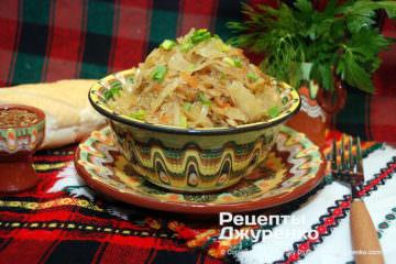 Готовое блюдо бигус из квашеной капусты