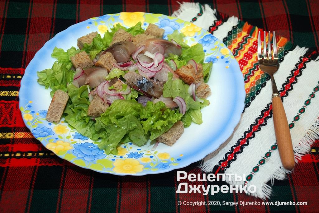 Салат с копченой рыбой.