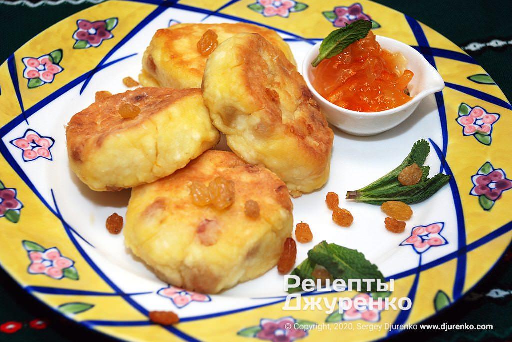 Готова страва Сирники з родзинками з нежирного жомашнього сиру.