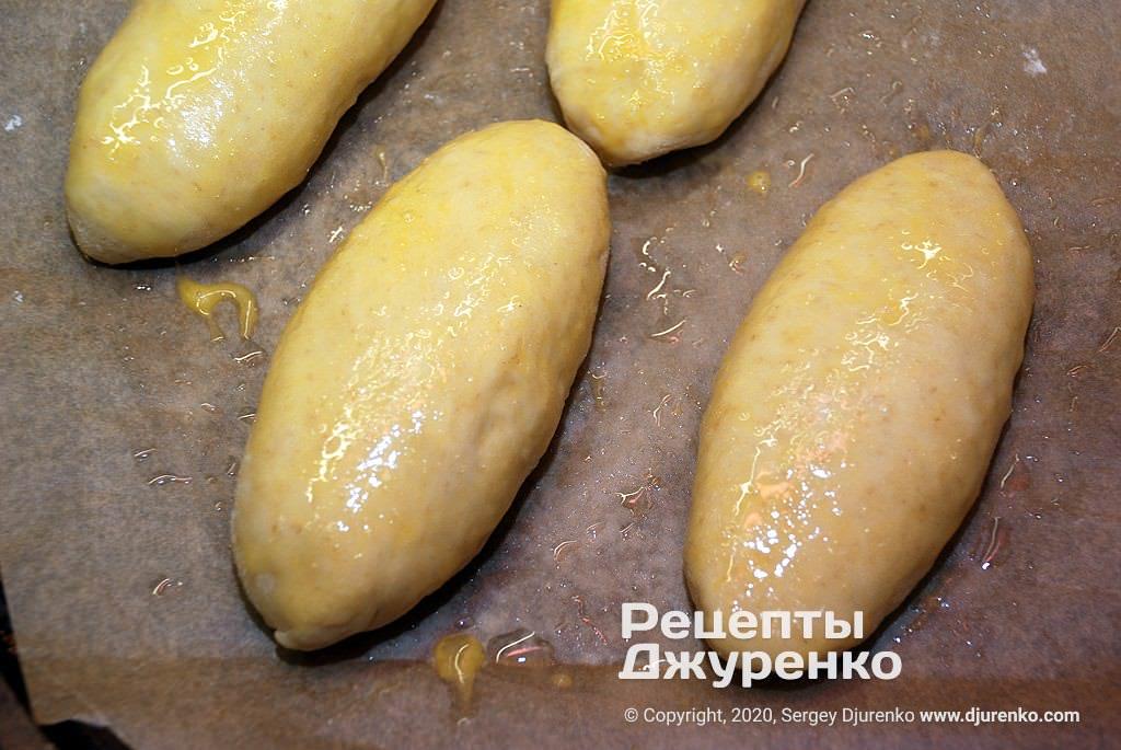 Пирожки перед выпечкой.