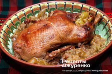 Готовое блюдо утка с яблоками
