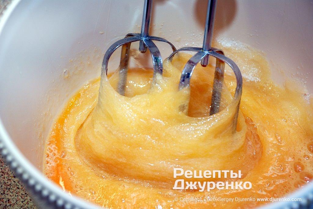 Збити яйця в піну.