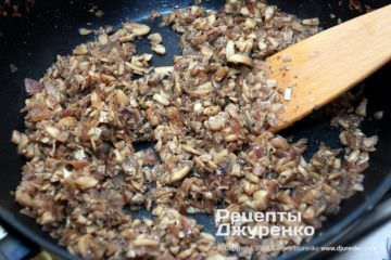 Шаг 4: жареные грибы с луком