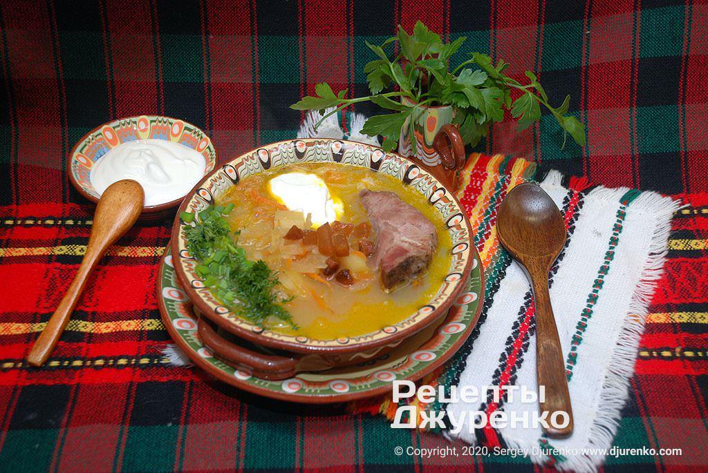 Готова страва Капусняк на бульйоні з копченого м'яса та кислою капустою.