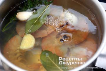 Крок 2: кинути сірі креветки в киплячу воду