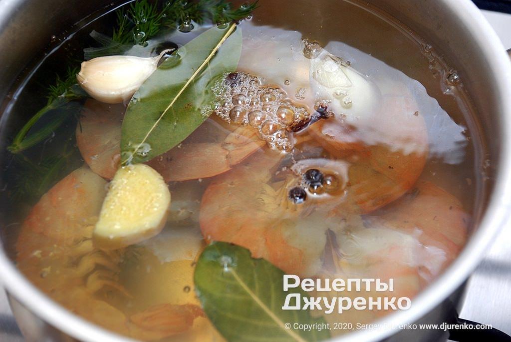 Бросить серые креветки в кипящую воду.