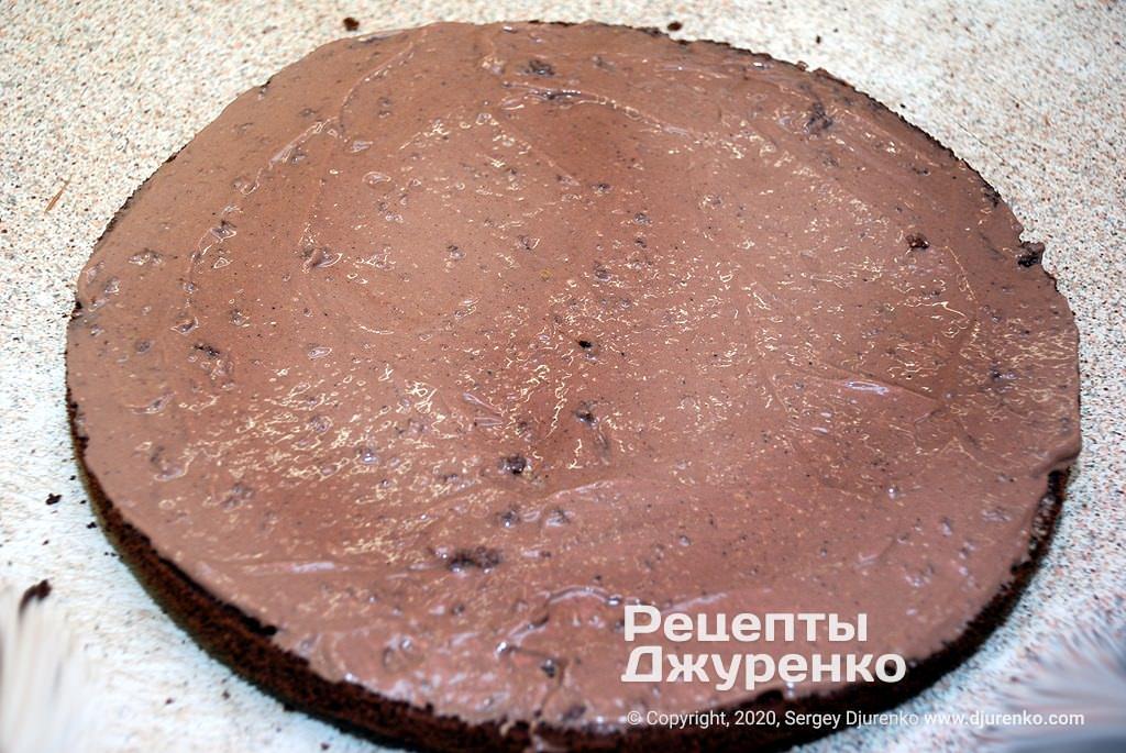 Смазанный кремом торт.