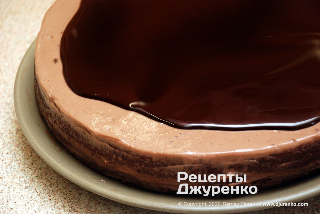 Заливка глазури на шоколадный торт.