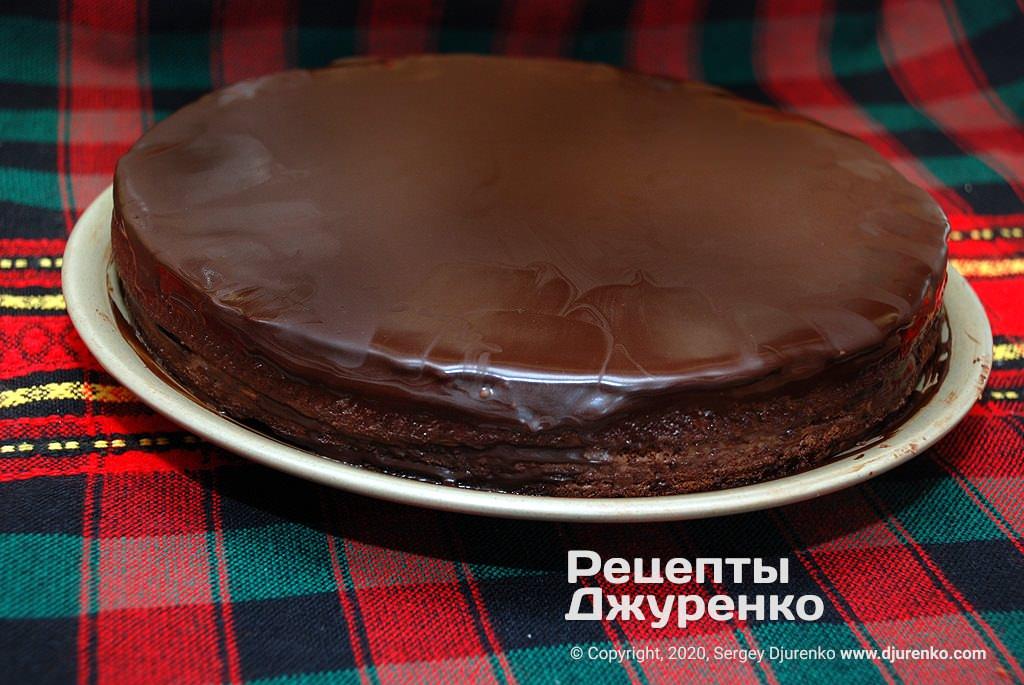 Торт из шоколадного бисквита.