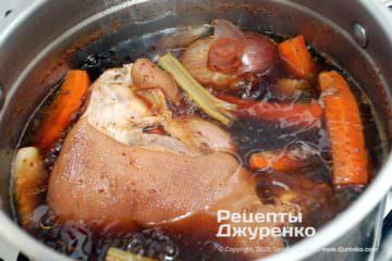 Шаг 3: отваренная свиная голяшка
