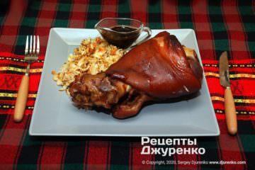 Готовое блюдо запеченная свиная рулька