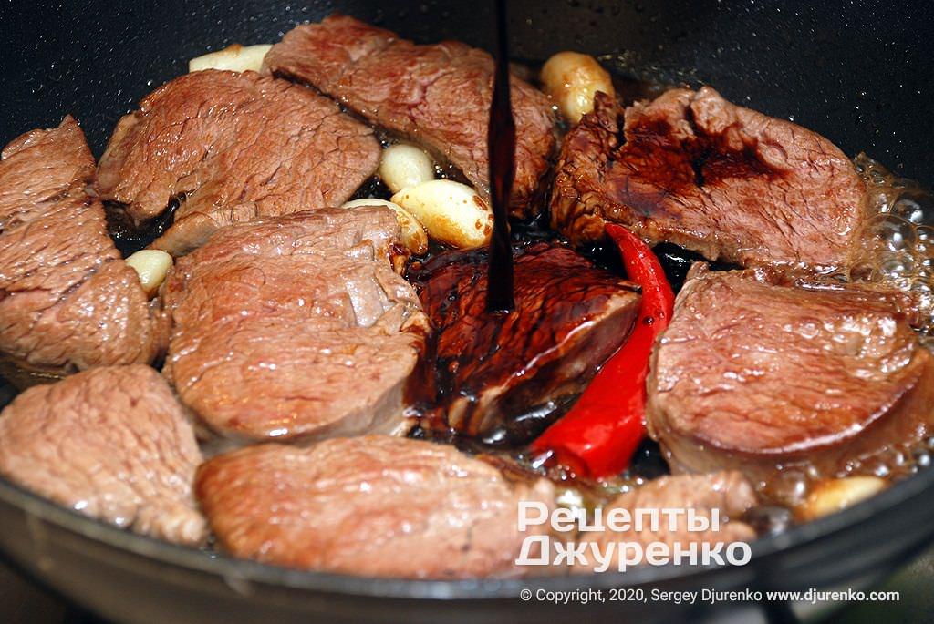 Обжарка мяса с соусом.