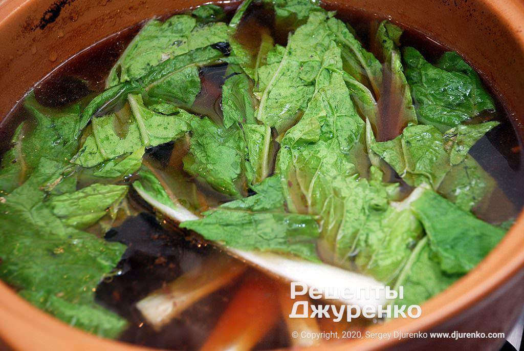 Отваренные листья капусты.