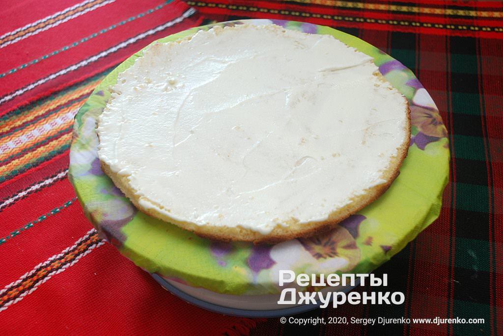 Смазывание торта кремом.