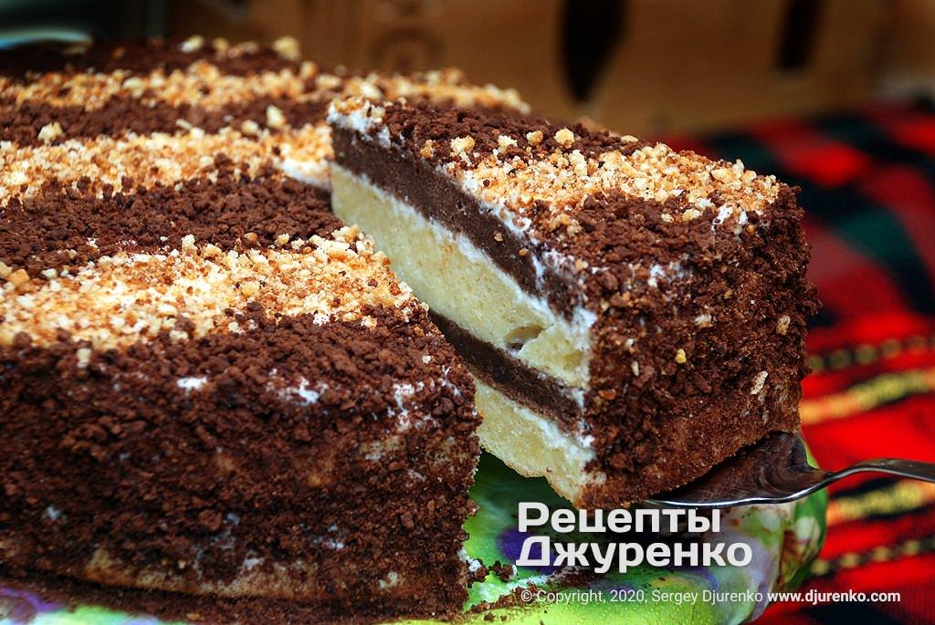 Готова страва Сметанник - звичайний і шоколадний бісквіт зі сметанним кремом.