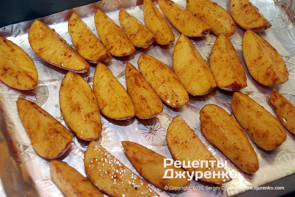 Картошка на противне.