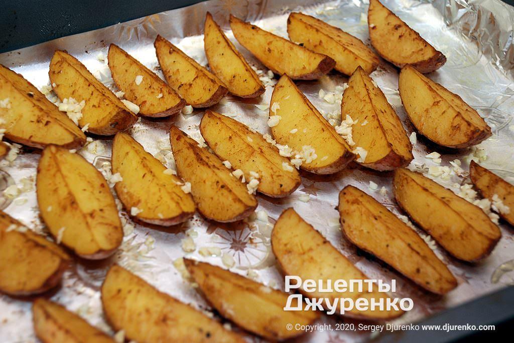 Запеченная картошка в духовке с чесноком.