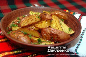 Готовое блюдо картошка по-деревенски в духовке