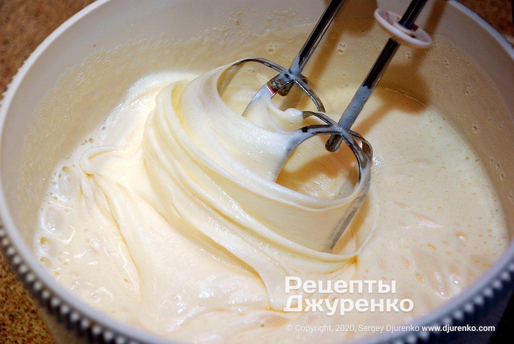Яичная пена с сахаром.