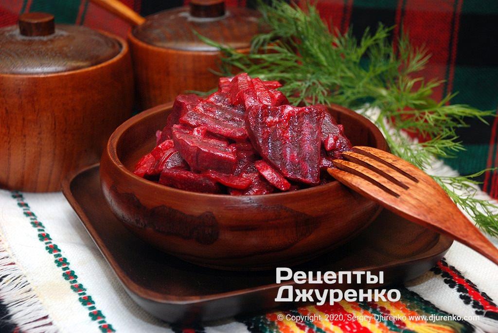 Готова страва Тушкований буряк з іншими овочами в сметанному соусі.