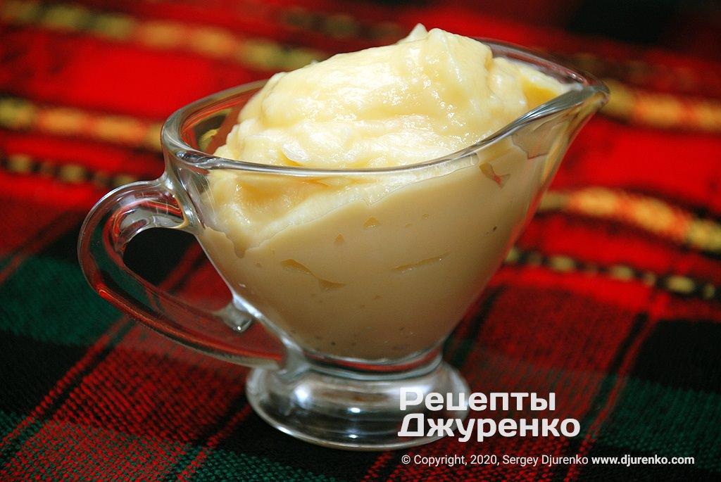 Готова страва Заварний крем з яєчних жовтків з цукром на молоці.