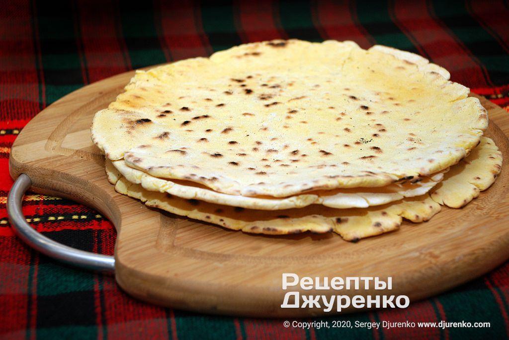 Готова страва Кукурудзяні перепічки на сковороді смажені без олії.