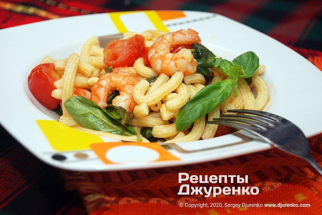 Макароны с креветками в соусе из томатов и сливок с базиликом.
