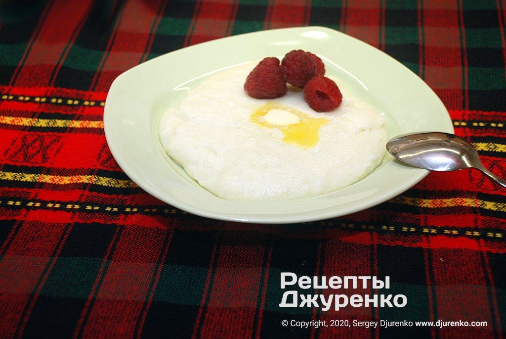 Готова страва Манна каша на молоці з цукром, вершковим маслом і ваніллю.