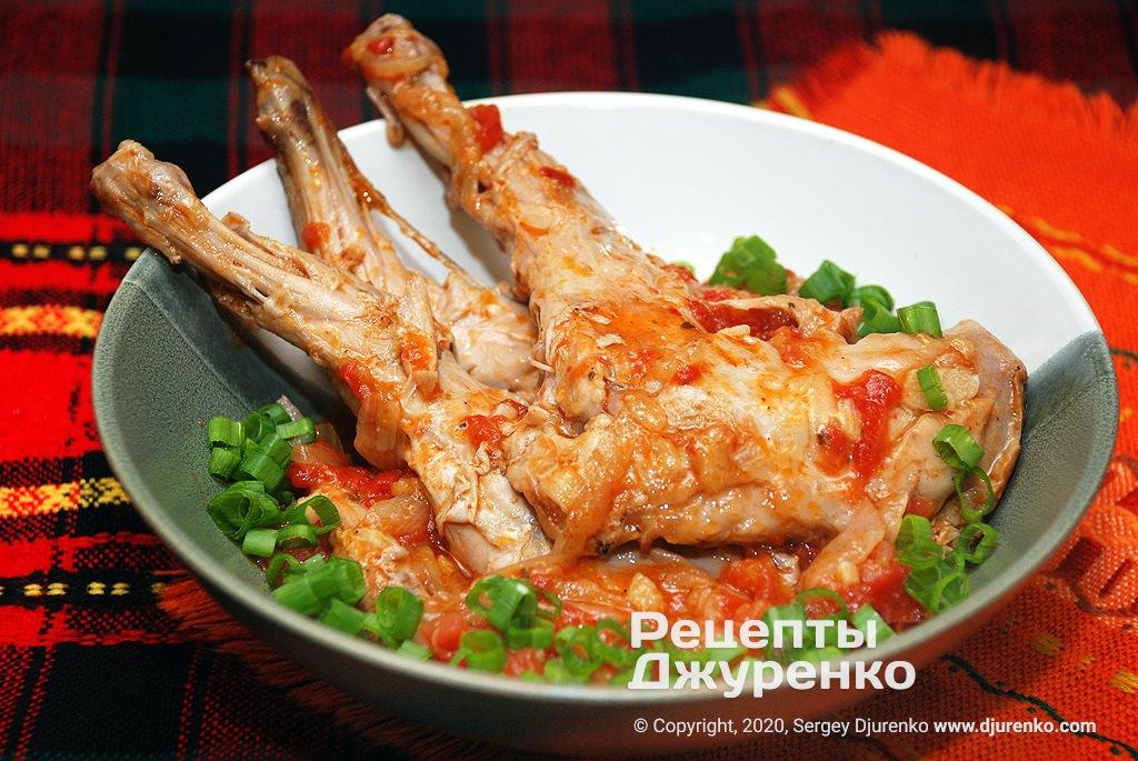Готова страва Рагу з кролика в густому овочевому соусі з помідорами.