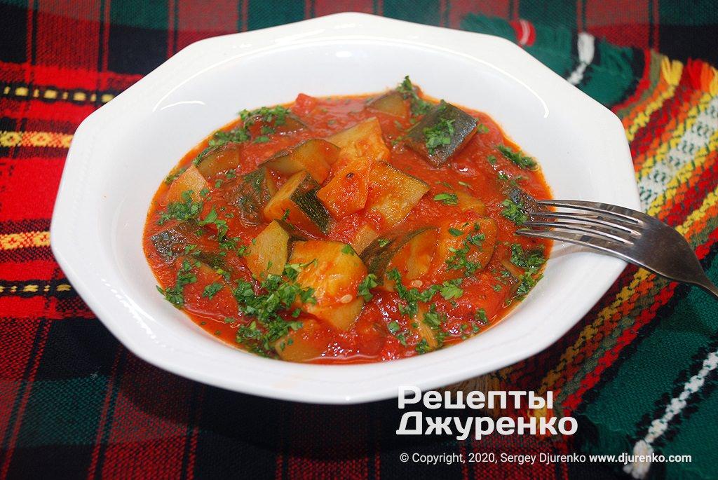 Готова страва Кабачки в томатному соусі з добавкою перцю, часнику і чилі.