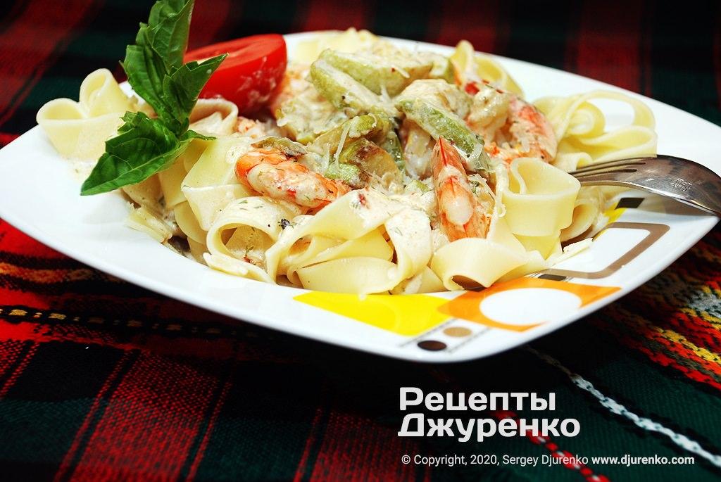 Готова страва Паста з креветками у вершковому соусі з кабачком.
