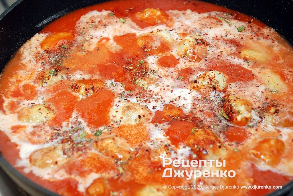 Подготовка томатного соуса с молоком.