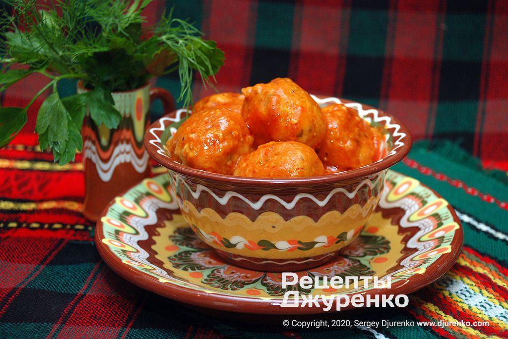 Рыбные фрикадельки из шучьего фарша в томатном соусе.